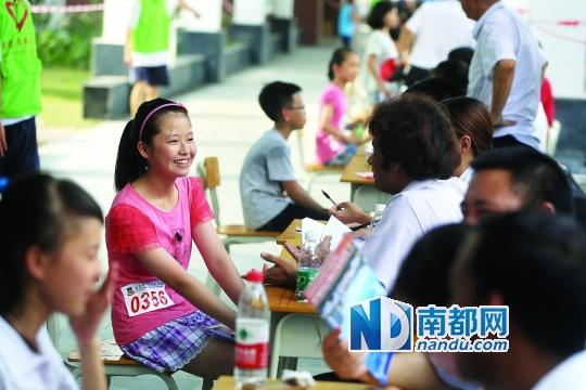 这是今年6月东莞光正实验学校小升初面试的现场。据介绍,广州民办中学小升初面谈将参考江浙地区的做法,在一个考室内,由三名老师面谈一名学生。C FP供图