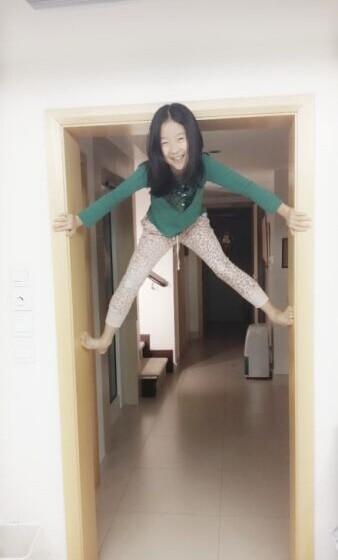章子怡侄女爬门窗似女侠