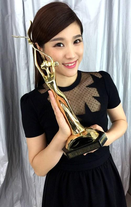 北京卫视当家花旦悦悦以最小年龄入围金鹰主持人提名奖.图片