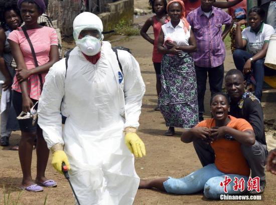 当地时间2014年10月4日,利比里亚蒙罗维亚,一名女子得知丈夫疑似感染埃博拉病毒,悲痛不已。CFP视觉中国
