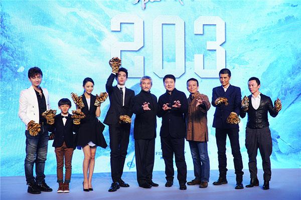 10月14日,导演徐克,监制黄建新及几位青年演员亮相北京发布会,为影片上映造势。(点击进入组图)