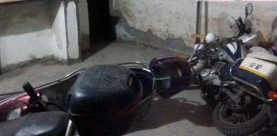 闯入民宅大厅的警用摩托和电动车一并倒在地上。 中国江西网