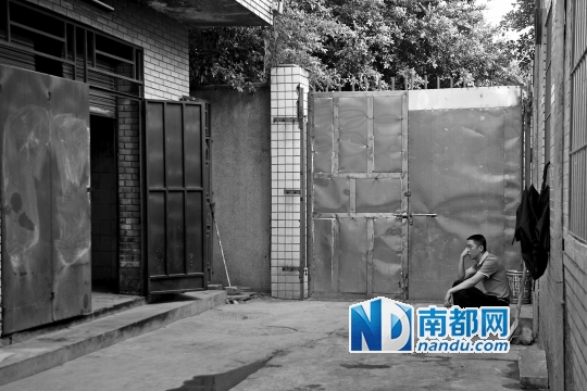 守在太平间外,刘先生痛哭流涕。