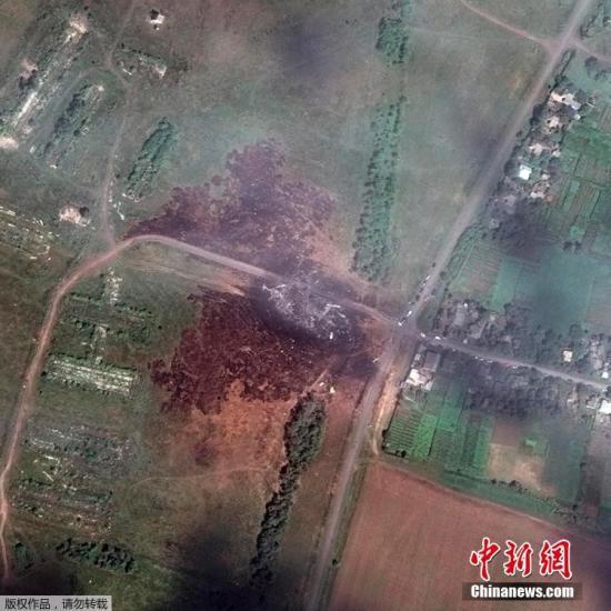 数字地球提供的马航MH17航班在乌克兰坠毁地点的景象卫星图。