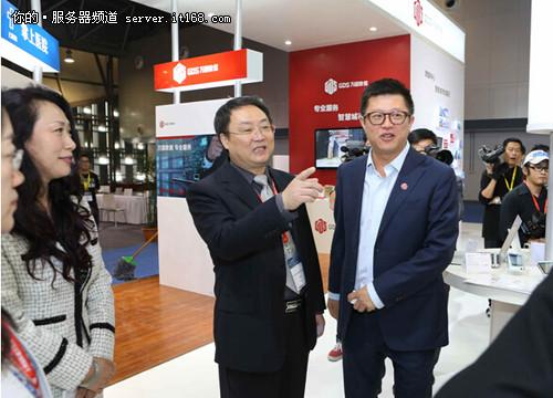 万国数据总裁兼CEO黄伟为国家住房和城乡建设部建设节能与科技司副司长郭理桥介绍万国数据在智慧城市领域的新进展与解决方案