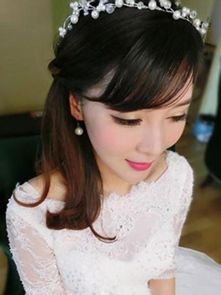 喜欢小清新风格的准新娘绝对不能错过的一款气质发型,蓬松的空气刘海图片