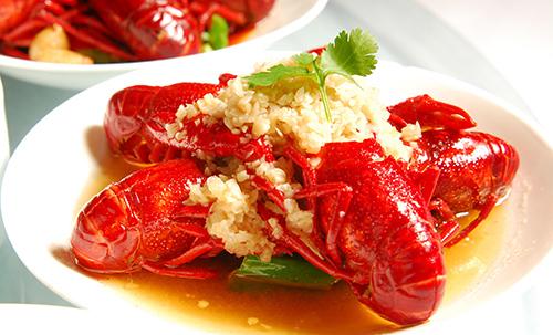 大厨指导小龙虾的烹饪方法