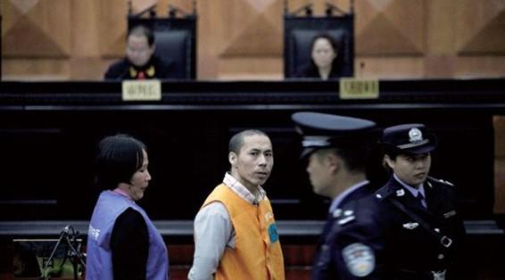 17日,制售假药嫌疑人出庭受审。郭秋月 摄