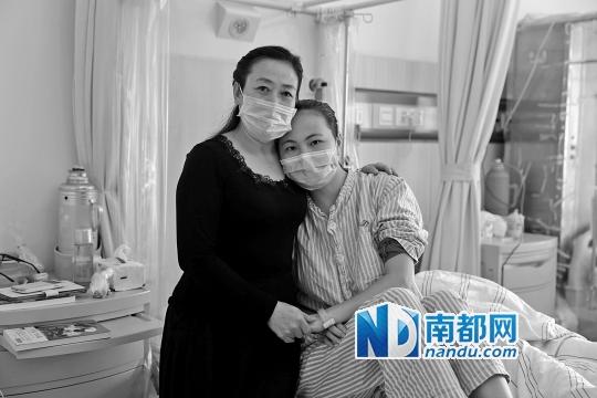 中山大学附属第三医院,蓝明秀和身患白血病的女儿李丹。 南都记者 张志韬 摄