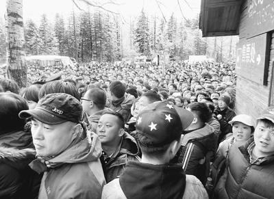10月3日中午,天池景区开放后,长白山往天池的换乘中心人山人海,等待买票。