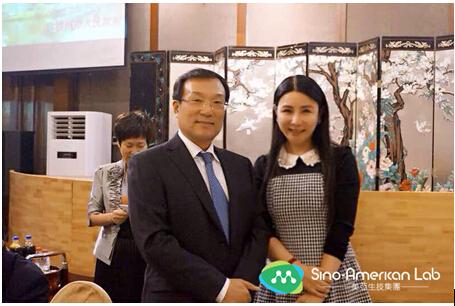 杭州市市长张鸿铭(左)与美亚生技集团董事及总裁吴宜蓁(右)合影