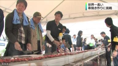 日本小山工商业联合会组织制作120米、世界第一长烤牛肉串NHK视频截图。