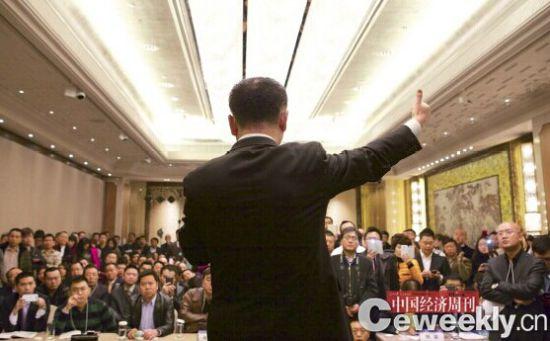 自从戴上首富的光环,只要王健林一现身,就引得众人瞩目。