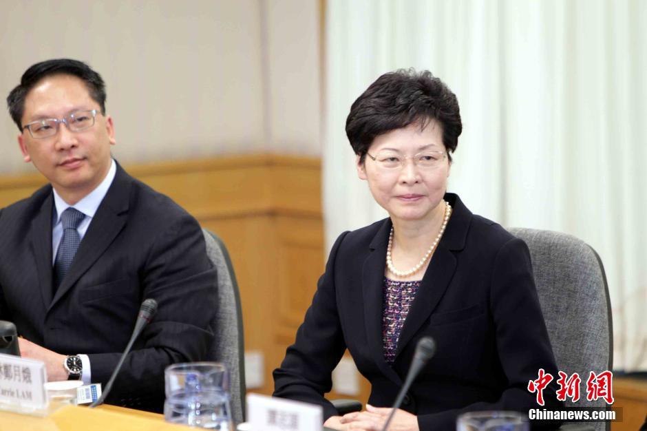 10月21日下午,香港政改谘询专责小组成员--政务司长林郑月娥(左)、律政司长袁国强在香港医学专科学院与学联代表就政制发展对话。中新社发 洪少葵 摄