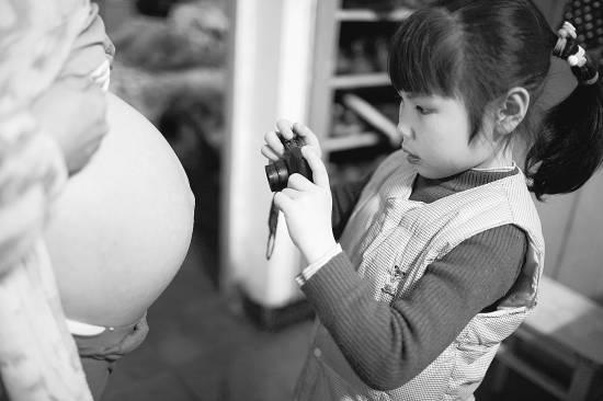 浙江衢州,一个7岁的女生给怀孕的妈妈拍照。CFP供图