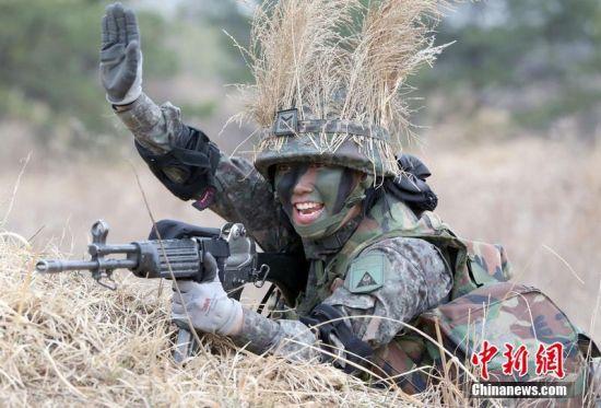韩国女兵练野外作战能力 脸涂迷彩油头绑稻草图片来自中新网