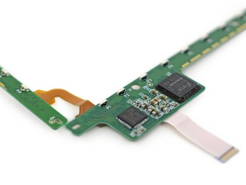 红外线触摸屏控制芯片特写(图片来自iFixit)