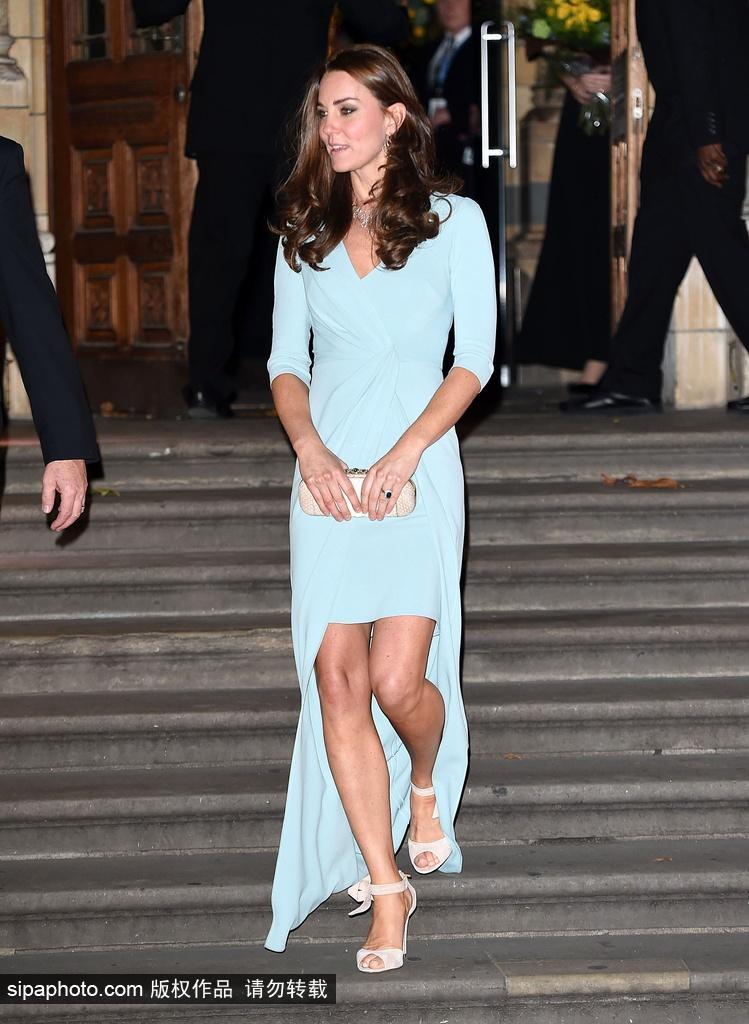 凯特王妃着拖尾长裙出席年度野生动物摄影师大奖典礼