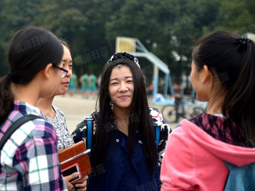 10月21日,王李思娜在校园里与同学聊天。本报记者 田甜 摄