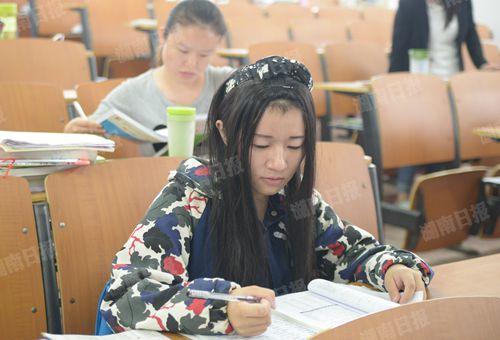 10月21日,王李思娜在教室学习。本报记者 田甜 摄