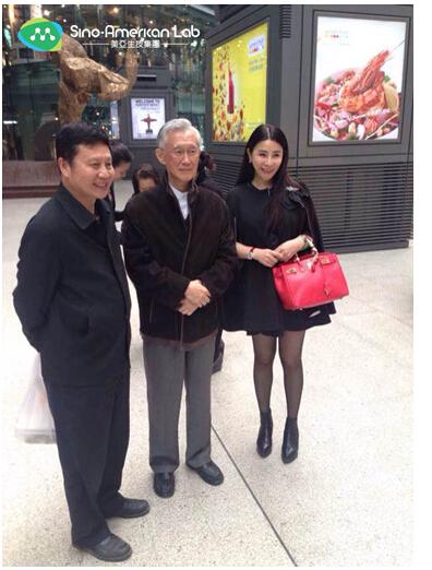 赵为民教授(左)、陈履安院长(中)、美亚吴宜蓁董事及总裁(右)合影