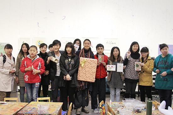 林申与众人展示手工艺品