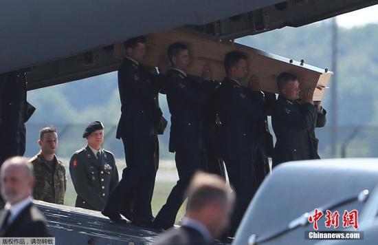 7月23日,首批2架运载马航MH17遇难者遗体的军用飞机抵达荷兰南部城市埃因霍温。