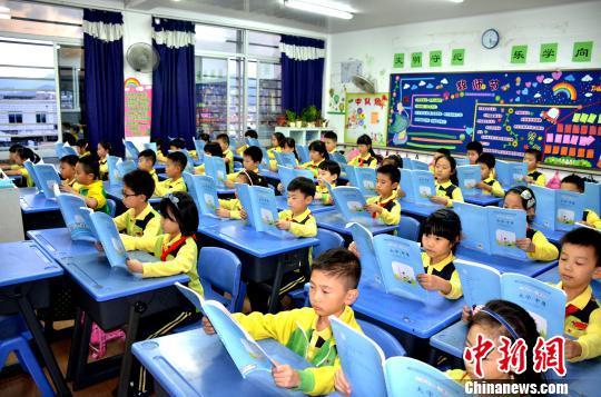 学生们在诵读经典 学校提供 摄