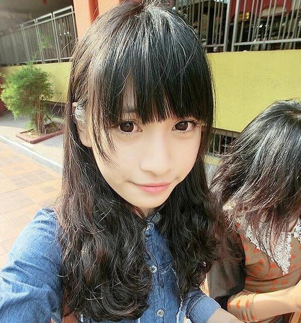 彰显出一种不张扬的美,齐刘海的发型设计,展现出了女生的鹅蛋脸脸型图片