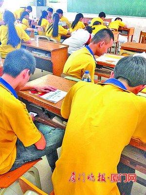 上课时间,老师都不在课堂上,学生们只好自习