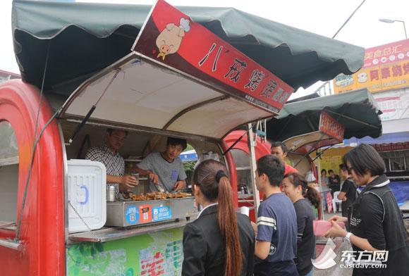 上海理工男弃做白领 卖烤猪蹄月入万元引热议