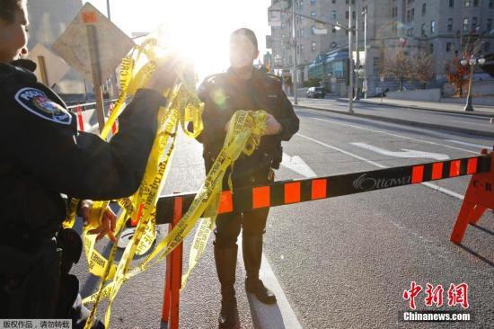 当地时间10月22日,一名加拿大男子冲入首都渥太华的加拿大议会大楼,此前他还持枪将一名士兵射杀致死。