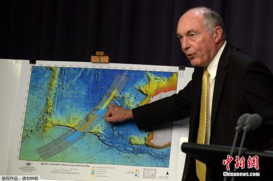 资料图:当地时间6月26日,澳大利亚联合调查中心公布MH370新搜寻区,橙色区域是优先级最高的搜寻区,蓝色区次之。相比此前搜寻区域,沿卫星弧区,更加靠南。
