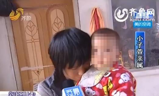 在向村民表达感谢时,低下了头,埋在抱着的孩子棉衣中。