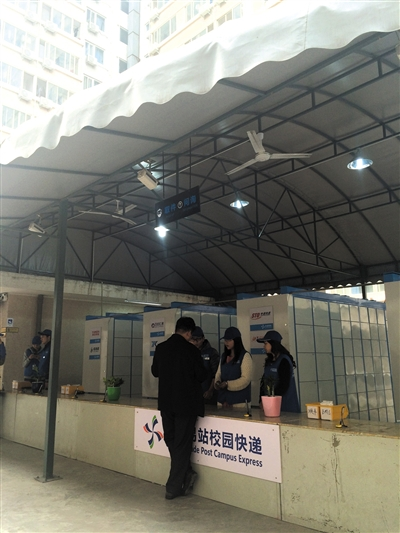 """北京化工大学,""""永嘉易站""""有900余个智能自提柜,学生凭密码可自助取快递。新京报记者 浦峰 摄"""