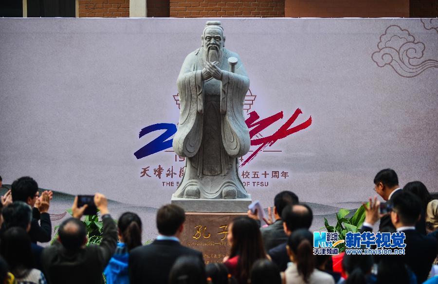 10月24日,天津外国语大学的留学生向孔子雕像作揖行礼。
