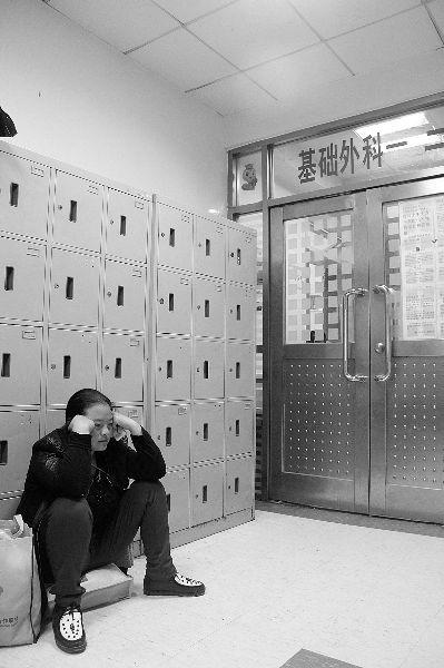 子萱妈妈坐在北京儿童医院病房外等待消息 摄/记者 王硕