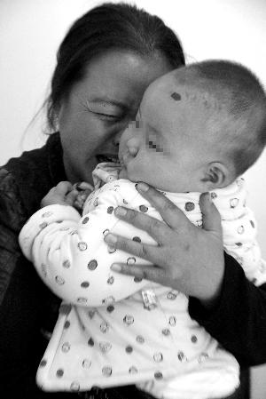女婴术前检查前,母亲痛哭流涕。