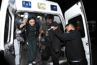 受伤的矿工被送往附近医院救治。新华社记者 赵戈 摄