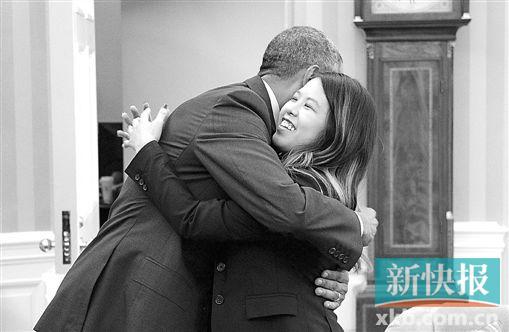 奥巴马与康复出院的护士尼娜・范拥抱。CFP图