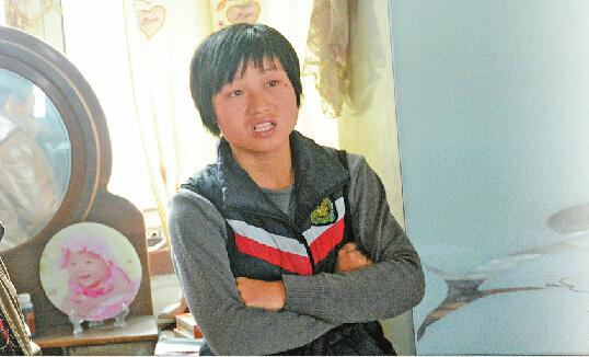 24日,刘洪云曾接受本报记者采访,一小时后她意外服毒自杀。 记者张刚 摄喝药自杀的子萱舅妈刘洪云 记者张刚 摄
