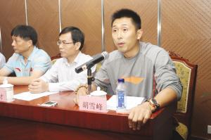 新赛季,胡雪峰仍然是主帅、球员双重角色。记者 高爱平 摄