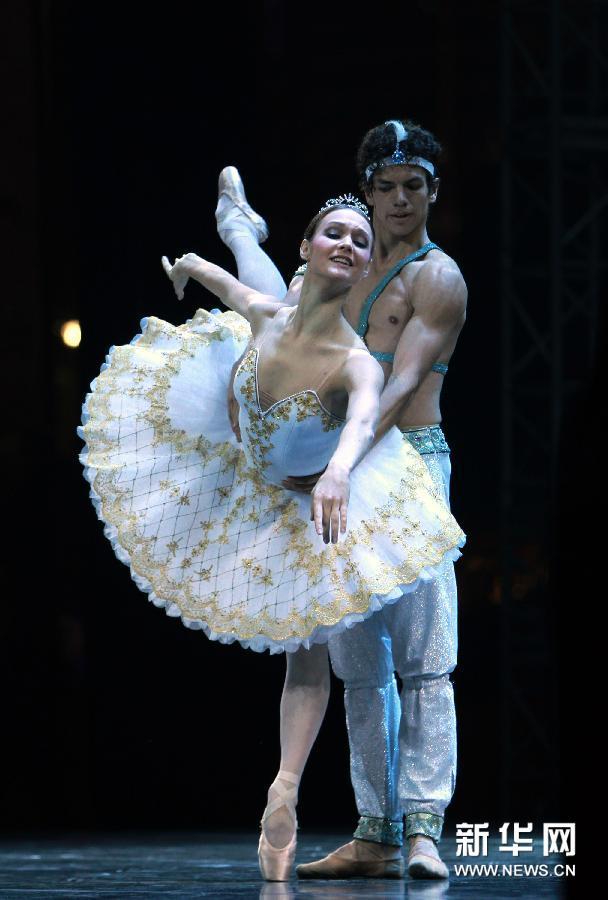 (1)10月24日,荷兰国家芭蕾舞团的舞者在上海城市音乐草坪广场表演经典芭蕾剧目《罗密欧与朱丽叶》。