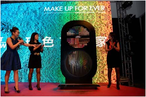 MAKE UP FOR EVER的品牌总经理王明迪女士和MAKE UP FOR EVER ACADEMY 校长傅雯贻女士一同揭幕全新的MAKE UP FOR EVER Artist Shadow艺术家眼影系列