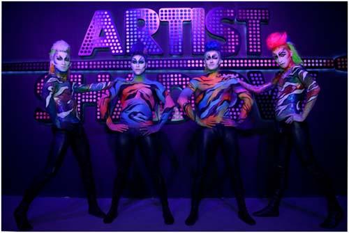 彩色斑马概念的人体彩绘表演