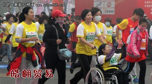 10月25日,2014天津武清开发区杯国际马拉松赛正式鸣枪起跑,来自12个国