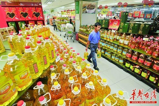 10月27日,长沙市湘江北路华润万家超市,市民在选购食用油,超市货柜上有多种食用油在搞优惠促销。记者 田超 摄