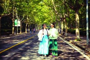 王婷婷(左)指望经过汉服,把传统美德融入平常生计 陈立宇 摄