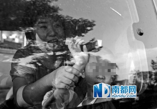 10月28日下午,东莞市社会福利核心。在打点完招领手续后,梁密斯不断把儿子牢牢抱在怀里。南都记者 梁清 摄