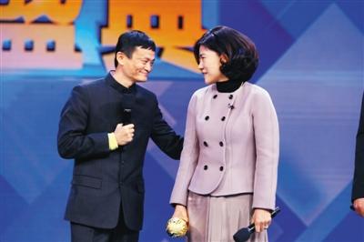 2013年12月12日,央视2013中国十大经济年度人物揭晓,颁奖嘉宾马云给获奖者董明珠颁奖。图/CFP